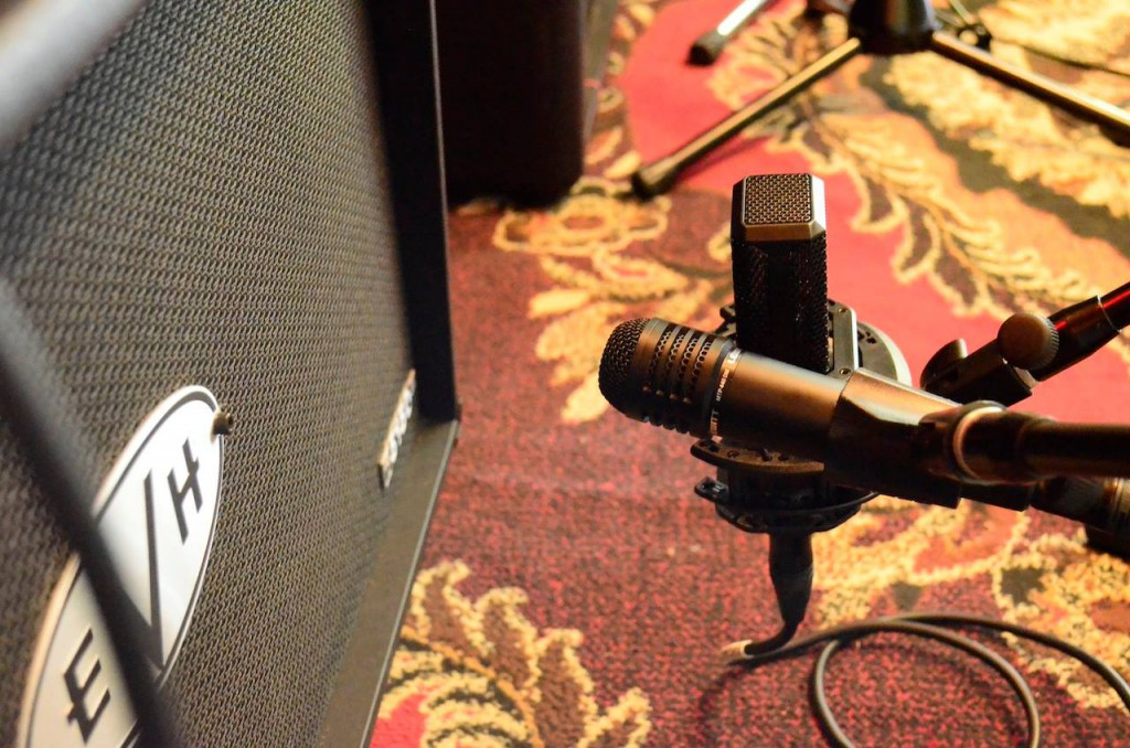 This image shows a MTP 440 DM and a LCT 550 recording an guitar amp